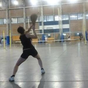 Fernanda practicando el tenis criollo, o tenis con paleta. Hoy, aunque debe tomar algunas precauciones como el uso de coderas, lo practica con normalidad.