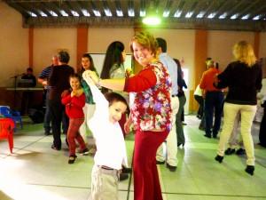 Claudia feliz, bailando con su hijo.