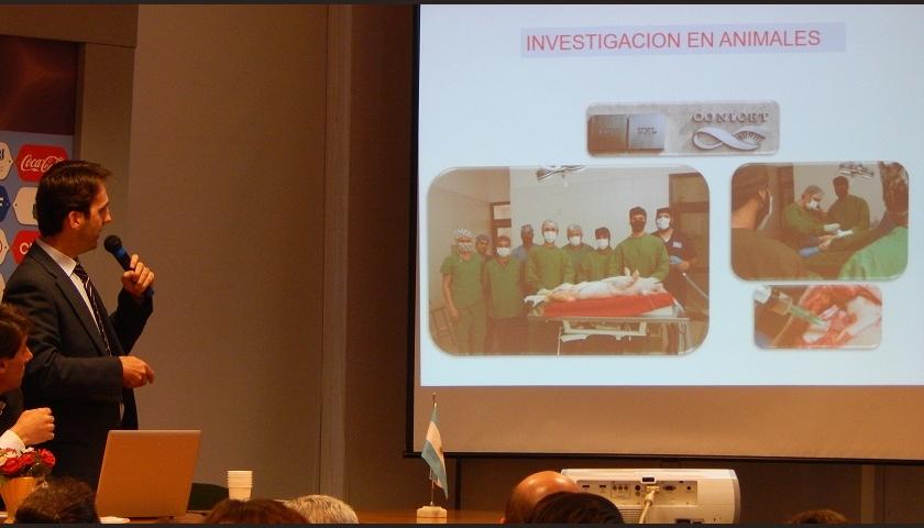 El Dr. Ignacio Dallo mostrando las diferentes terapias a aplicar en una lesión del cartílago.