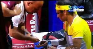 Dr. Federico Torrengo brindando asistencia médica en juego a Rafael Nadal.